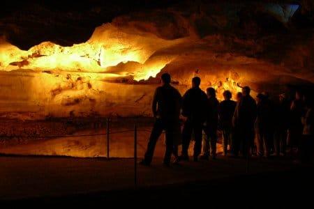 Vidéo projetée sur la roche des grottes de Sare
